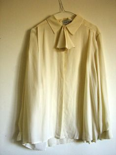 cremefarbige Bluse mit Schleife