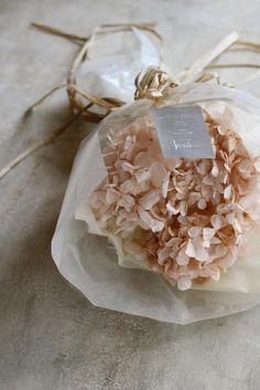 ジィール プリザーブドフラワー/かわいいピンクのプリザーブドフラワーのあじさいを気軽に飾ってもらえるようにワイヤ―で茎をつくりクラッチに仕立てました。