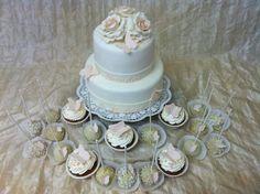 Torte mit cup cakes und cake pops