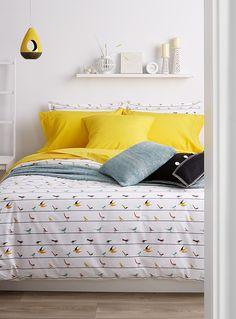 Exclusivité Simons Maison     Les petits oiseaux stylisés et colorés se posent sur les fils disposés dans un jeu de rayure très graphique. On aime les accents de jaune pure mode, de rouge et de turquoise sur une percale blanche éclatante, 200 fils au pouces.      L'ensemble comprend :   Jumeau : 1 housse 66x90 pouces, 1 cache-oreiller 20x26 pouces  Double : 1 housse 84x90 pouces, 2 cache-oreillers 20x26 pouces  Grand format : 1 housse 90x95 pouces, 2 cache-oreillers 20x29 pouces  Très g...