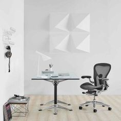 The new Aeron chair re-designed by Herman Miller. The new 2016 Aeron task chair is an updated version of the classic 1994 Aeron office chair. Best Ergonomic Office Chair, Best Office Chair, Ergonomic Chair, Office Chairs, Home Office, Chair Design, Furniture Design, Office Furniture, Furniture Ideas