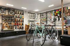 L'architecte et designer Florian Brillet nous fait découvrir sa dernière réalisation, la rénovation du Bicycle Store, un magasin dédié à l'univers du vélo urbain et haut de gamme situé au 17 Boulevard du Temple à Paris. ...
