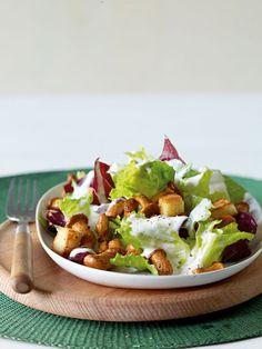 Pfifferling-Caesar-Salat: Kleine Pilze, große Wirkung! Der klassische Caesar-Salat wird mit gebratenen Pfifferlingen und Croutons aufgepeppt.