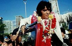 1973 1 9 Aloha From Hawaii Elvis Presley arrives in Hawaii for his televised concert. Elvis Aloha From Hawaii, Aloha Hawaii, Elvis Presley Graceland, John Lennon Beatles, You're Hot, Buddy Holly, Chuck Berry, King Of Music, Gorgeous Men