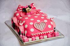 Tarta de cumple rosa de Minnie Mouse montada en su coche