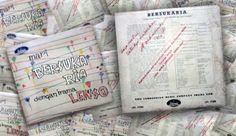 "Sampul album ""Bersuka Ria"" dengan persetujuan dan tanda tangan Sukarno yang berbunyi: ""Saja restui. Setudju diedarkan, Soekarno 14/4."""