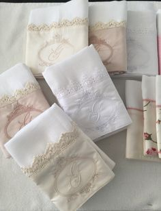 Lindas toallas mano bordadas                                                                                                                                                     Más Hand Towels, Tea Towels, Patchwork Baby, Diy Baby Gifts, Bathroom Organisation, Linens And Lace, Towel Set, Baby Sewing, Burp Cloths