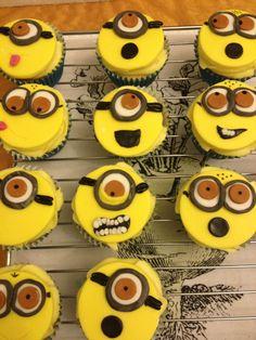 Minion cupcakes Donut Cupcakes, Minion Cupcakes, Donuts, Spring Cupcakes, Halloween Treats, 2nd Birthday, Yummy Treats, Baked Goods, Minions