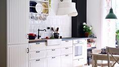 Traditionelle METOD Küche in Weiß mit KROKTORP Türen und Fronten in Elfenbeinweiß und dunkler Arbeitsplatte