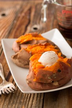 Who doesn't love that over the top Texas Roadhouse loaded sweet potato copycat recipe? Oh, Mama! Check this one out! Sweet Potato Sauce, Sweet Potato Crisps, Loaded Sweet Potato, Sweet Potato Recipes, Texas Roadhouse Sweet Potato Recipe, Copycat Recipes Texas Roadhouse, Cinnamon Butter, Le Diner, Food Dishes