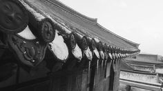 절 속에 숨겨진 아름다움 정말 표정이 온화하다  #절#한국#화엄사#겨울#눈#웃는#기와#사진#흑백#흑백사진#폰#카메라#Korea#Hwaumsa#Temple#winter#snow#smiling#roof#tile#photo#photography#vsco#pic#like4like#blackandwhitephotography#blackandwhite#phone#camera#phonecamera by chanyoung_chong