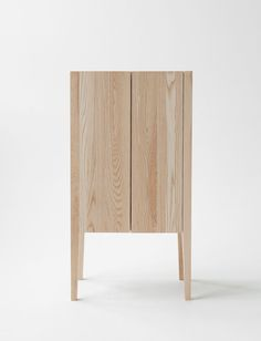 26 Scandinavian Bedside Table Styling Ideas For Your Cozy Bedroom Cabinet Furniture, Wood Furniture, Modern Furniture, Furniture Design, Furniture Online, Furniture Ideas, Ideas Recibidor, Bedside Table Styling, Eco Deco