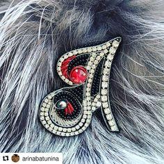 #Repost @n.s.handmade • • • • • Долго не могла поделиться этой красоткой💎 с вами. Теперь, когда этот подарок💎 вручён @corona.hm 💞,показываю… Felt Brooch, Beaded Brooch, Jewelry Art, Beaded Jewelry, Jewelry Ideas, Beaded Embroidery, Hand Embroidery, Brooches Handmade, Felt Fabric