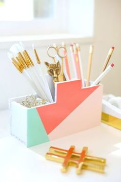Ideas for teenager room organization diy desks Diy Desktop Organizer, Desktop Organization, Diy Organization, Organizing Ideas, Ideas For Room Decoration, School Desk Organization, Diy Wood Desk, Diy Karton, Pencil Organizer