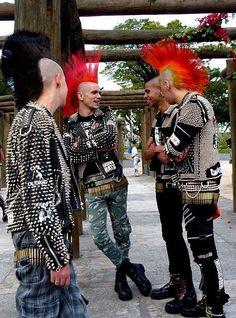 So, an emo and a punk walk into a bar. Subcultura Punk, Punk Guys, Mode Punk, 70s Punk, Diesel Punk, Psychobilly, New Wave, Visual Kei, Punk Mohawk