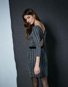Schillerndes Kleid mit Samttaille. Entdecken Sie diese und viele andere Kleidungsstücke in Bershka unter neue Produkte jede Woche