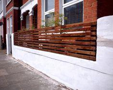 How To Create a Floating Cedar Wood Slat Fence - Step-By-Step Tutorial Horizontal Slat Fence, Slatted Fence Panels, Cedar Wood Fence, Brick Fence, Wood Fences, Front Fence, Front Porch, White Brick Walls, Brick And Wood