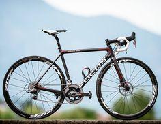 Reclamando se la nueva bicicleta para carretera con frenos de disco más ligera disponible en el mercado se presenta la nueva Focus Izalco Max Disc con gran cantidad de detalles tecnológicos a su alrededor.