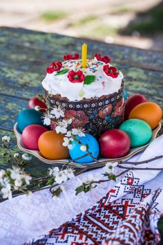 Easter cake - пасхальный кулич с крашенками Ukrainian Recipes, Russian Recipes, Happy Easter Pictures Inspiration, Easter Traditions, Easter Treats, Yummy Cookies, Easter Recipes, Easter Eggs, Birthday Candles