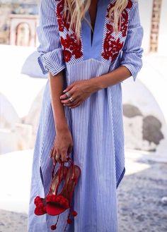Vestido com bordados coloridos com a cara do verão em tecidos de alfaiataria, inspirados nos vestidos e batas ucranianas. Adoro!
