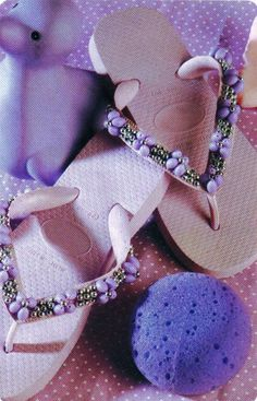 Chinelos bordados com miçangas