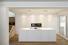 MTB-Küche im Wohnraum weiss glänzend, Eiche natur, Mineralwerkstoff