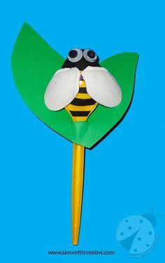 Come realizzare un'ape con i cucchiai di plastica