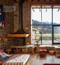 A mistura da madeira e pedras rústicas criou um ambiente aconchegante…