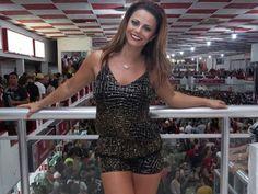 De shortinho, Viviane Araújo exibe pernas mais finas no Salgueiro