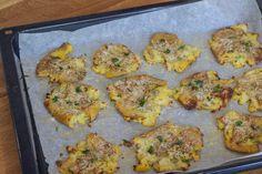 Knuste kartofler med hvidløg rosmaring og parmesan Parmesan, Good Food, Potatoes, Meat, Chicken, Ethnic Recipes, Lund, Nye, Potato Salad