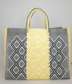 Boodschappentas-Strandtas-Shopper. Deze handgemaakte bohemian chique XL ibiza stijl boodschappentas-strandtas is uniek en een lust voor het oog. De boodschappentas is van gerecycled kunststof en daarom water resistent, licht gewicht, kleurvast, hip en duurzaam.