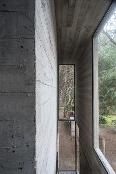 Onafgewerkt beton + doorkijk + smalle kozijnen.