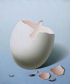 Hier zie je een ei en je ziet ook en vogel er in