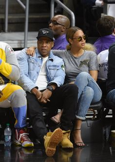 Pin for Later: A Look Back at Beyoncé and Jay Z's Most Stylish Couple Moments Yet The duo did denim right front row at the Brooklyn Nets game in LA in February Beyonce Et Jay Z, Beyonce Style, Beyonce Knowles, Celebrity Couples, Celebrity Style, King B, Couple Moments, Elisabeth Ii, Queen
