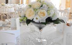 Une décoration florale de mariage naturelle et pastelle Floral Arrangements, Table Decorations, Martini, Furniture, Home Decor, Floral Arrangement, Decoration Home, Room Decor, Flower Arrangement