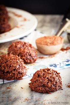 These chocolate coconut macaroons are super fast to make, only have 5 ingredients, and mix up in minutes. Plus, they taste fantastic! Baking Recipes, Cookie Recipes, Dessert Recipes, Keto Desserts, Frosting Recipes, Plated Desserts, Chocolate Coconut Macaroons, Macaroon Cookies, Shortbread Cookies