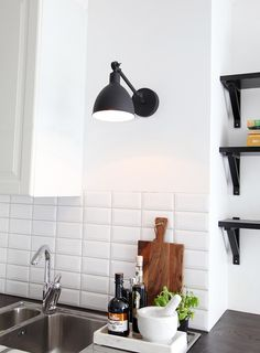 Have you noticed the mini Bazar? It's also beautiful on the kitchen wall. Bazar mini - By Rydens Scandinavian Table Lamps, Scandinavian Kitchen, Kitchen Lamps, Kitchen Decor, Black Wall Lights, Kitchen Equipment, Kitchen On A Budget, Beautiful Kitchens, Interior Styling
