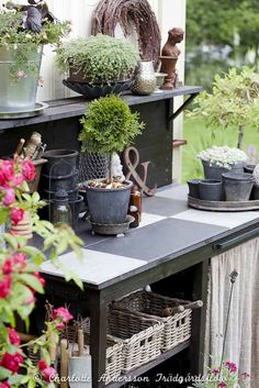 Trädgårdsflow.  Potting table - could use for outside kitchen
