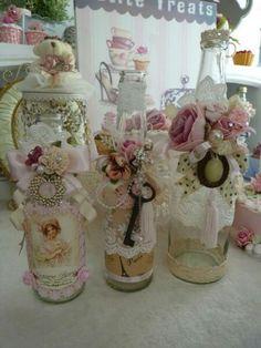 Romanticas botellas decordas con puntillas , perlas , flores  Ideal para decorar un dormitorio