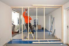 Har du behov for et ekstra værelse? Vi viser, hvordan du får et ved at bygge en skillevæg, der ovenikøbet rummer ekstra opbevaringsplads.
