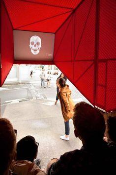 Stairway Cinema est un projet monté par le collectif néo-zélandais OH.NO.SUMO. Installé dans un coin de rue à Auckland, cette mini salle de cinéma en plein air a pour but de recréer un espace de socialisation et de communication en projetant des court-métrages issus d'Internet.