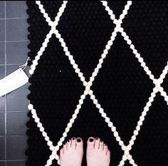 Die Farbe des Filzkugelteppichs ist genauso wichtig wie seine Größe, und es ist wichtig, dass Sie einen Teppich wählen, der nicht nur Ihrem Geschmack erfüllt, sondern auch gut zu Ihrem Zuhause passt. http://www.sukhi.de/filzkugelteppich-massgeschneidert-mit-muster.html