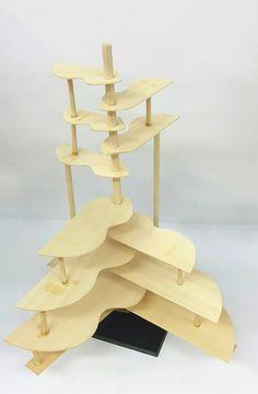 경첩 조형물 프로토타입 2차 - 2 손잡이를 잡고 움직여 경첩이 중간 정도로 펼쳐진 모습, 위로 갈 수록 점차 판의 크기를 작아지게 하고, 나무판들을 연결해주는 나무 막대의 굵기도 차이를 주어 심미성을 더했다.