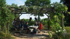 Gefangen im Garten des Ichs: Wim Wenders (Zweiter von rechts) mit Sophie Semin (ganz rechts) und Reda Kateb (Dritter von rechts) am Set.