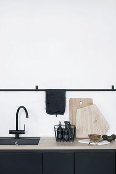 Black kitchen with b