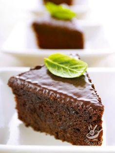 TORTA AL CIOCCOLATO E AMARETTI (Chocolate cake and macaroons) Se avete voglia di fare innamorare qualcuno, questa è la torta che farebbe capitolare chiunque! Preparatela per San Valentino, o per una cenetta romantica. #chocolatecake #tortalcioccolato #tortaagliameretti #tortaconamaretti #torta