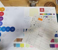 일본 수입지...머메이드... 팝업하기에 넘 좋은 색지...국내산 머메이드지와는 탄성이나 장력 차이가 크다...하지만..잘못 쓰면 촌스러운 색이 되 버리기때문에..색깔지정하고...그 색깔에 맞는 종이를 서로 맞춰 보고...남는 종이가 없게 하기 위해 크기까지 일일히 정하고 치매끼가 있어 기록해야..하는 진행 사항이......팝업 만들기 보다...더 어렵다는...=_=
