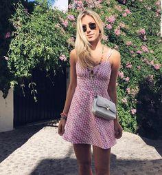 Nati Vozza do Blog de moda Glam4You usa vestido de verão com estampa zig zag e bolsa Valentino em seu look do dia.
