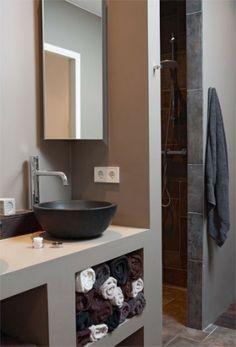 Zo heb je geen kier (lastig schoon te maken) tussen de douchewand en het wastafelmeubel. Ook is er ruime voor een stopcontact.