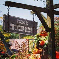 The inhabitants of Thunder Mesa know how to celebrate Halloween. #disneylandparis #frontierland #thundermesa #pumpkinmen #disneylandparijs #halloween #halloweenseason #disney #disneyland #paris #parijs #dlp #dlrp #disneyparks #fd101look #disneyphotos #disneymagic #disneyside #disneygram #instadisney #tiggerlovesdisney